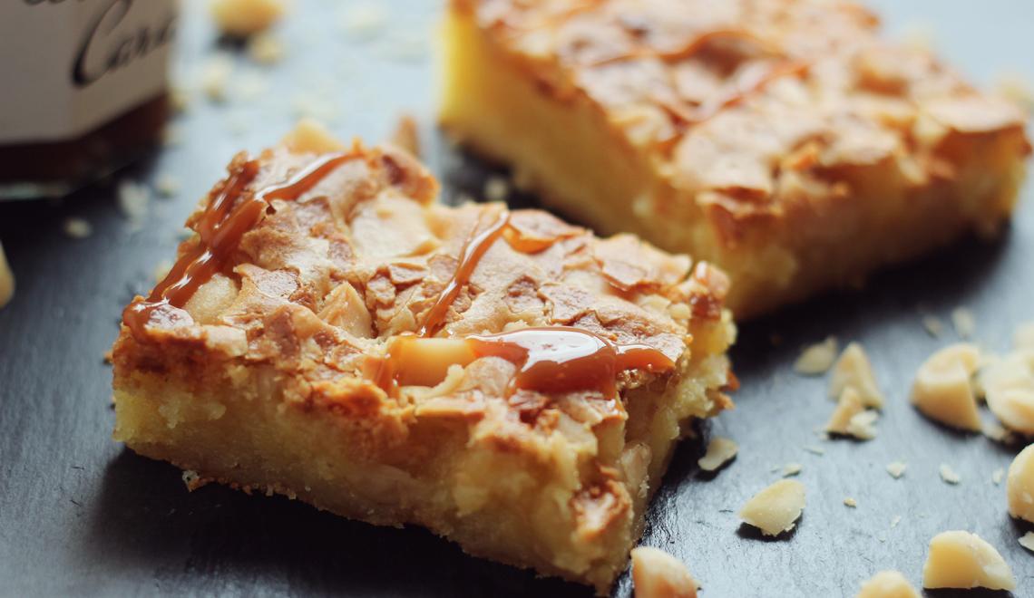 Macadamia-Blondies mit Karamellsoße